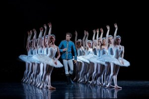 The-Australian-Ballet-in-Swan-Lake-photo-Jeff-Busby_05