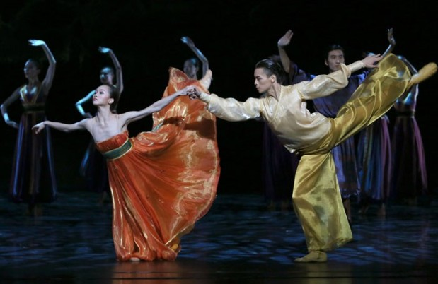 Shanghai-Ballet-in-Echoes-of-Eternity-Shanghai-left-to-right-principals-Qi-Bingxue-and-Wu-Husheng-700x455
