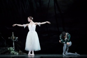 Giselle.-Marianela-Nuñez-as-Giselle-and-Federico-Bonelli-as-Albrecht.-©ROH-2018.-Photographed-by-Helen-Maybanks.