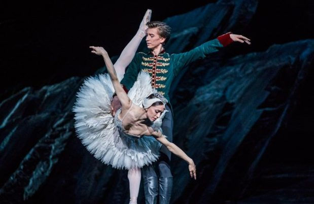 Swan-Lake-Royal-Ballet-700x455